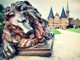 Löwe vor dem Holstentor in Lübeck